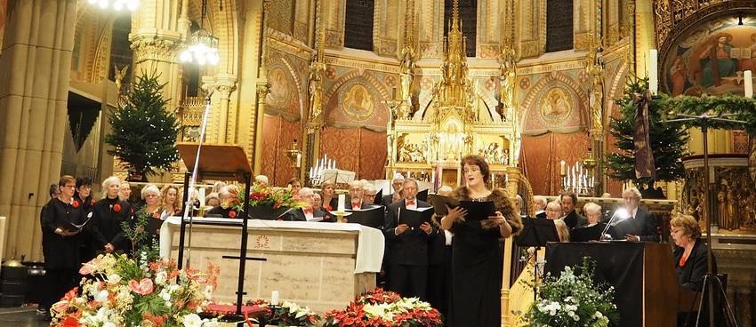Anjo van Hemert zingt met koor in kerk