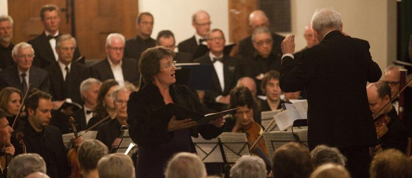 Anjo van Hemert zingt met koren